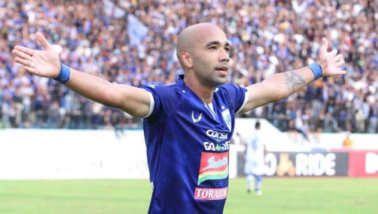 Selebrasi striker PSIS Semarang Bruno Silva usai cetak gol ke gawang Persib Bandung di Liga 1, minggu (18/11/18). Copyright: Twitter/@psisofficial