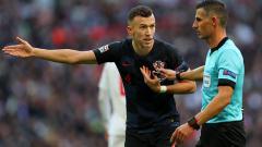 Indosport - Ivan Perisic melayangkan protes kepada wasit pada laga Inggris melawan Kroasia.