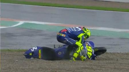 Valentino Rossi saat jatuh dan keluar lintasan di GP Valencia. - INDOSPORT