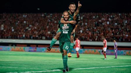 David Silva bersama Osvaldo Haay berselebrasi usai mencetak gol ke gawang Bali United. - INDOSPORT
