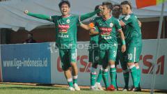 Indosport - Pemain PSS Sleman berselebrasi usai mencetak gol.