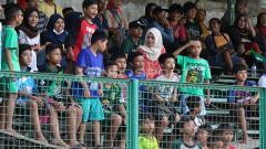 Indosport - Selama 2x30 menit Bonek cilik tak berhenti bernyanyi untuk tim kesayangannya.