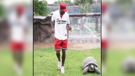 Paul Pogba bersama seekor kura-kura. - INDOSPORT