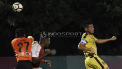 Indosport - Kapten BFC, Indra Kahfi (kanan) melakukan sundulan ke gawang Persipura.