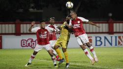 Ricardo Salampessy menghalau bola yang mengarah ke Vendry Mofu.