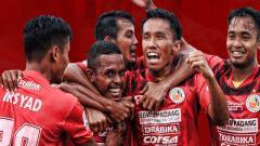 Indosport - Aksi selebrasi pemain Semen Padang