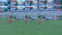 Indosport - Pemain PSMP Mojokerto gagal mengeksekusi penalti.