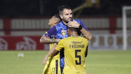 Pelatih BFC, Simon McMenemy memeluk Fatchu Rochman usai pertandingan. - INDOSPORT