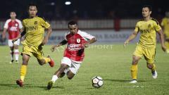 Indosport - Aksi pemain Persipura, Todd Rivaldo Ferre (tengah) menggiring bola ke pertahanan BFC.