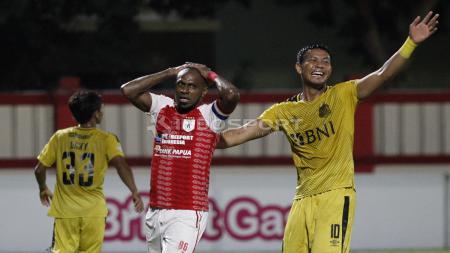 Persipura resmi melepas striker andalannya, Boaz Solossa (tengah). - INDOSPORT