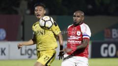 Indosport - Aksi Boaz Solossa (kanan) dijaga ketat kapten BFC, Indra Kahfi.
