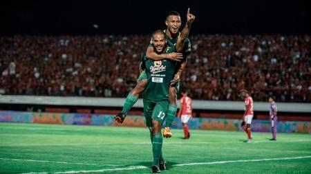 Selebrasi pemain Persebaya David da Silva dan Osvaldo Haay setelah mencetak gol ke gawang Bali United di Liga 1 2018, Minggu (18/11/18). - INDOSPORT