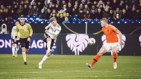 Striker Jerman Timo Werner saat menendang bola ke gawang Belanda dalam ajang UEFA Nations League, Selasa (20/11/18). - INDOSPORT