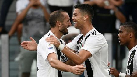 Giorgio Chiellini dan Cristiano Ronaldo berpelukan dalam pertandingan Juventus di ajang Serie A Italia. - INDOSPORT