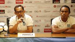 Indosport - Pelatih Persela Lamongan, Aji Santoso dan pemain Samsul Arifin.