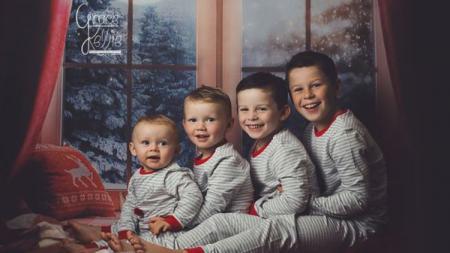 Keempat anak Rooney berpose untuk kartu Natal. - INDOSPORT