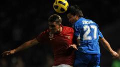 Indosport - Cristian Gonzales menyundul bola saat membela Timnas Indonesia di Piala AFF 2010.