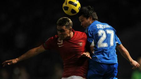 Cristian Gonzales menyundul bola saat membela Timnas Indonesia di Piala AFF 2010. - INDOSPORT