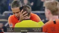 Indosport - Virgil Van Dijk memeluk wasit begitu pertandingan UEFA Nations League berakhir imbang.