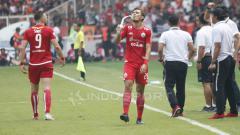 Indosport - Aksi berkelas Rezaldi Hehanusa saat minum air