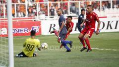 Indosport - Shahar Ginanjar berhaisl mengamankan bola dari tendangan Saddil Ramdani