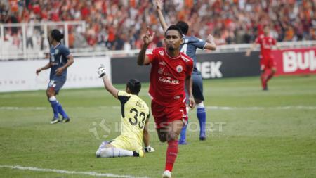 Aksi selebrasi Ramdani Lestaluhu usai cetak gol ke gawang Persela Lamongan. - INDOSPORT