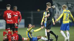 Indosport - Ezra Walian mendapatkan kartu merah saat membela klubnya Rkc Waalwijk