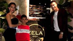 Indosport - Pemain Juventus, Cristiano Ronaldo seolah tak mau terlalu ambil pusing ketika putra sulungnya harus berurusan dengan polisi.