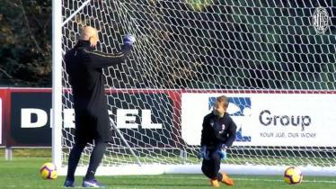 Pepe Reina sedang bermain sepak bola bersama putranya, Luca, di Milanello. - INDOSPORT