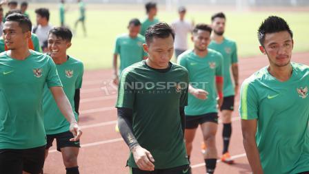 Awan Setho, Bayu Pradana, dan pemain Timnas Indonesia lainnya hendak beranjak dari lapangan.