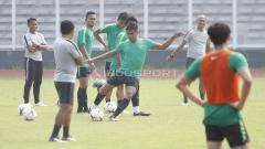 Indosport - Diawasi oleh beberapa asisten pelatih Bima Sakti, para pemain Timnas Indonesia mengikuti latihan dengan serius.