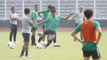 Diawasi oleh beberapa asisten pelatih Bima Sakti, para pemain Timnas Indonesia mengikuti latihan dengan serius.