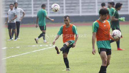 Riko Simanjuntak melakukan pemanasan sebelum memulai latihan bersama Timnas Indonesia.