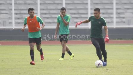 Andritany Ardhiyasa mencoba mengontrol bola dengan kakinya.