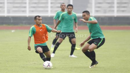 Aksi Riko Simanjuntak dalam menggiring bola di sesi latihan Timnas Indonesia.