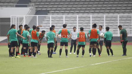 Bima Sakti melakukan briefing sebelum Timnas Indonesia memulai latihan.
