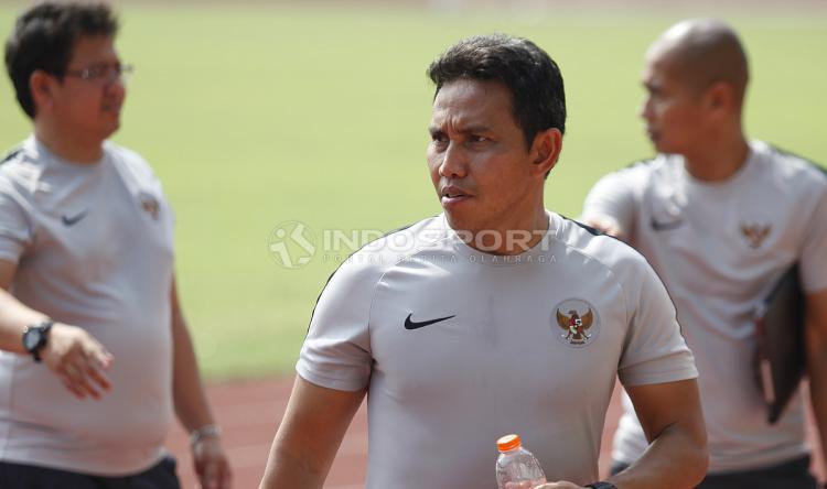 Pelatih Timnas Indonesia Bima Sakti dan asisten jelang Timnas Indonesia lawan Filipina. Copyright: Herry Ibrahim/Indosport.com