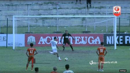 Penalti aneh di laga Aceh United vs PS Mojokerto Putra. - INDOSPORT