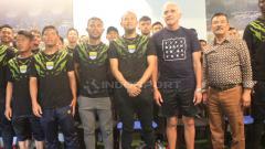 Indosport - Pemain dan Pelatih Persib berfoto bersama seusai pertemuan dengan manajemen di 1933 Dapur & Kopi, Jalan Sulanjana, Kota Bandung, Rabu (21/11/2018).