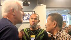 Indosport - Kapten tim Persib Bandung, Supardi Nasir, bertemu dengan pelatih Mario Gomez di 1933 Dapur & Kopi, Jalan Sulanjana, Kota Bandung, Rabu (21/11/18).