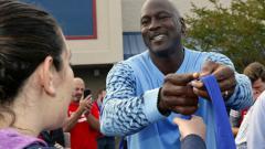 Indosport - Michael Jordan turut menyumbang donasi untuk korban badai Florence.