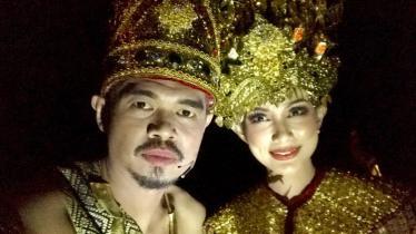 Bambang Pamungkas dan sang istri mengisi pagelaran seni bertajuk Genta Sriwijaya. - INDOSPORT