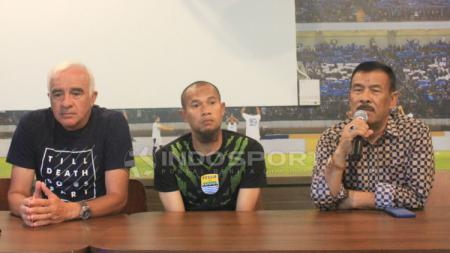 Manajer Persib, Umuh Muchtar bersama Mario Gomez dan Supardi Nasir di 1933 Dapur & Kopi, Jalan Sulanjana, Kota Bandung, Rabu (21/11/18). - INDOSPORT