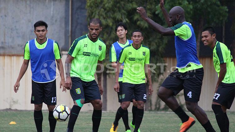 Pemain Persebaya latihan mini game. Copyright: Fitra Herdian/Indosport