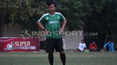 Indosport - Pelatih Persebaya, Djadjang Nurdjaman saat mendampingi latihan rutin.