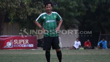 Pelatih Persebaya, Djadjang Nurdjaman saat mendampingi latihan rutin.