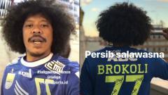 Indosport - Eddi Brokoli mengenakan jersey Persib saat ke Athletic Bilbao bersama Gading Marten.