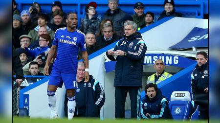 Didier Drogba (kiri) dan Jose Mourinho saat masih bekerja sama di Chelsea. - INDOSPORT