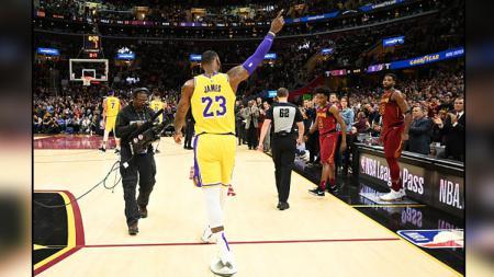 LeBron James saat menyapa para penggemar Cleveland Cavaliers. - INDOSPORT