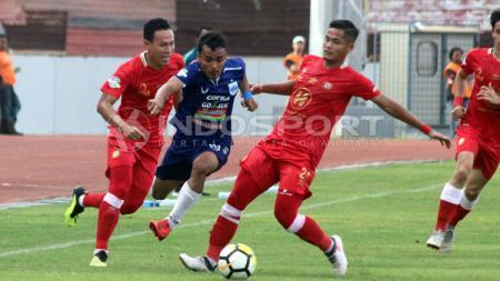 Komarudin (tengah) salah satu penggawa dari PSIS Semarang. - INDOSPORT